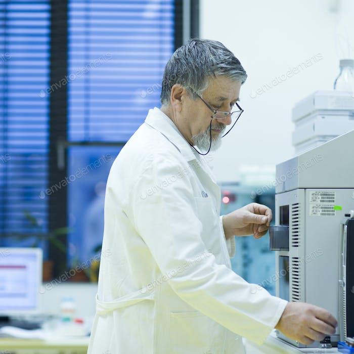 Senior männlicher Forscher, der wissenschaftliche Forschung in einem Labor