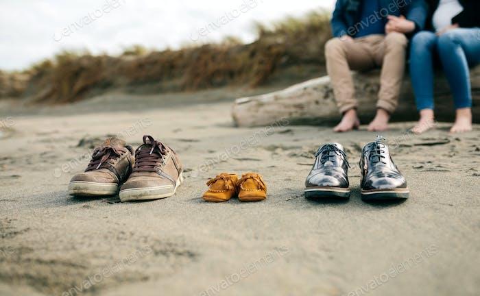 Familienschuhe im Sand
