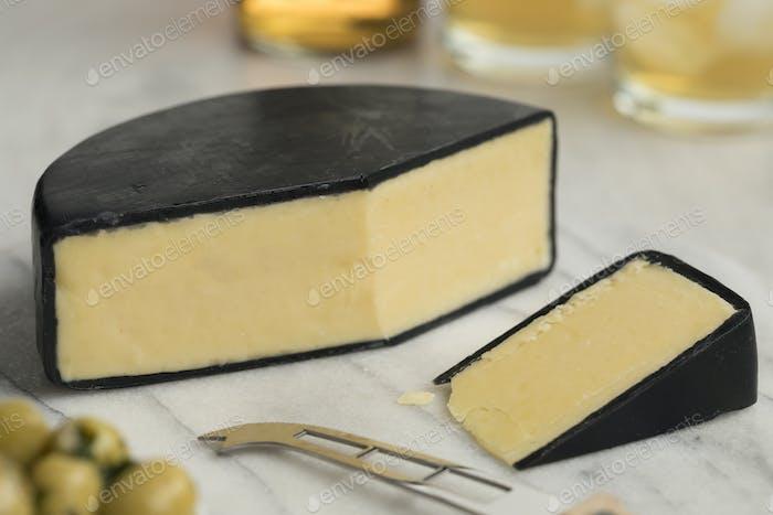 Stück englischen gewachsten Bauernhaus Cheddar-Käse