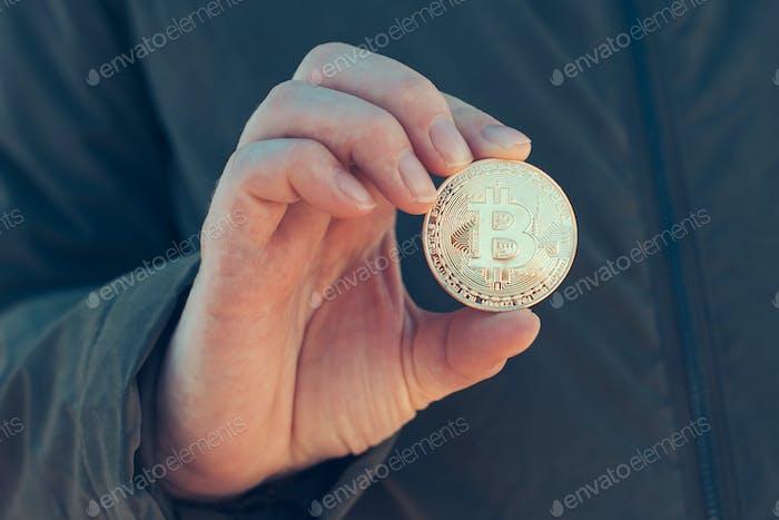 Mujer sosteniendo Bitcoin BTC criptomoneda