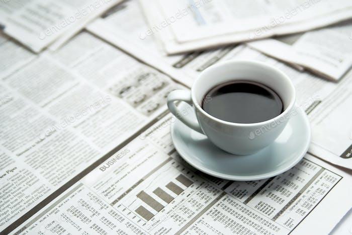 Café sobre periódico