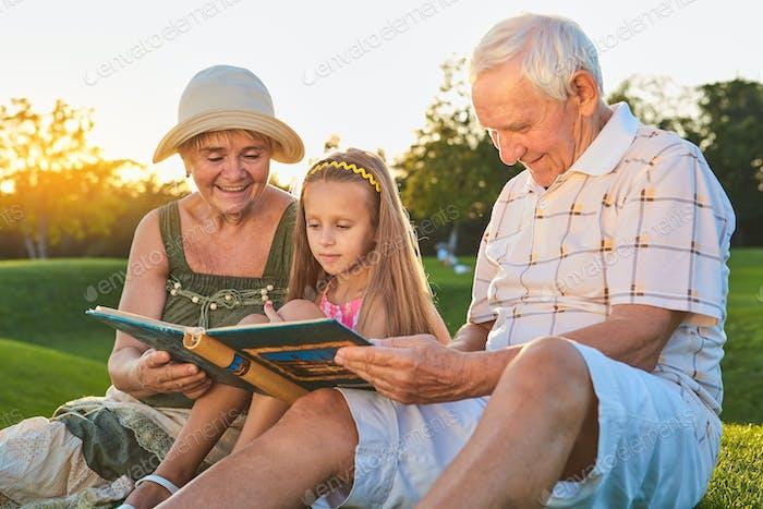 Niño con abuelos, álbum de fotos