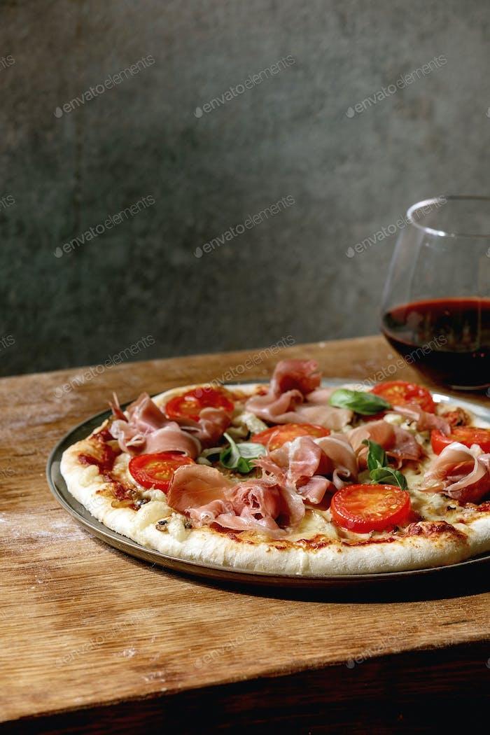 Hausgemachte Pizza napolitana