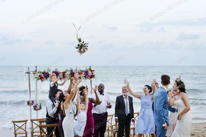 Braut wirft den Blumenstrauß bei der Hochzeit