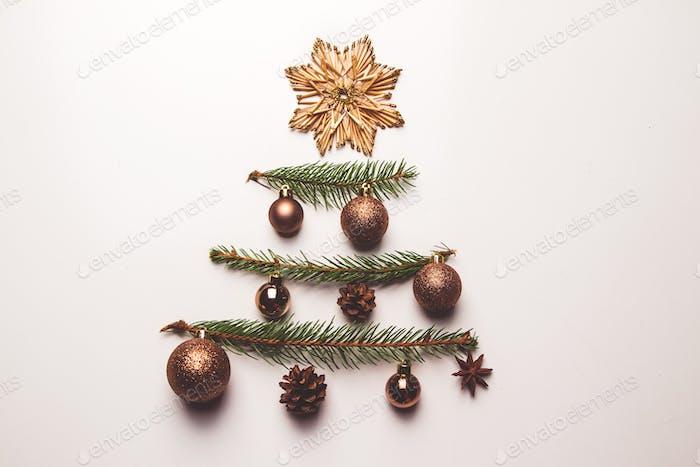 Zweige von Weihnachtsbaum und Spielzeug aus Stroh