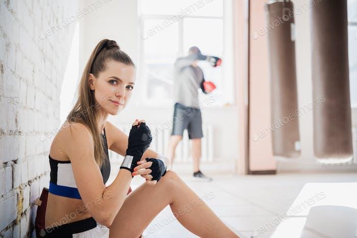 Молодая сильная девушка смешанные боевые искусства боец готовится к спаррингу