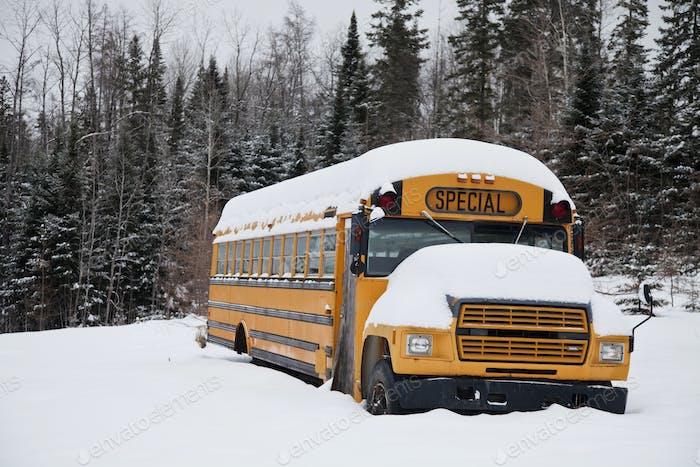 Verlassener komischer Schulbus