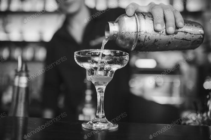 Barmann bei der Arbeit in der Kneipe