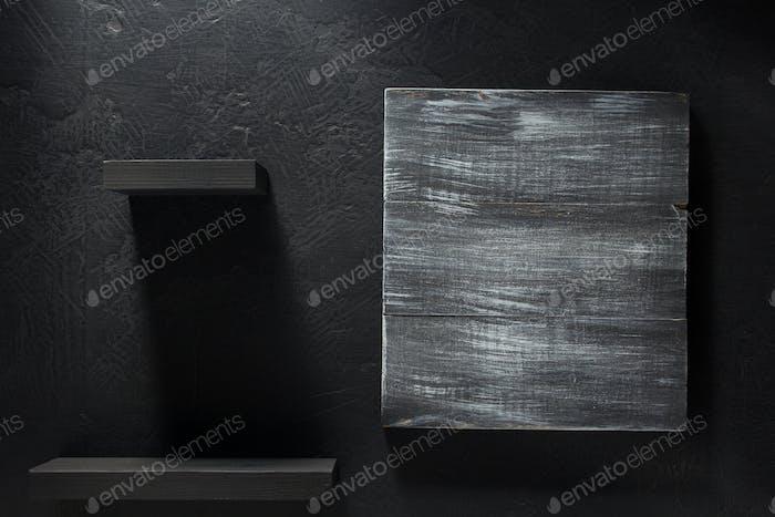 Holzschild auf schwarzem Hintergrund