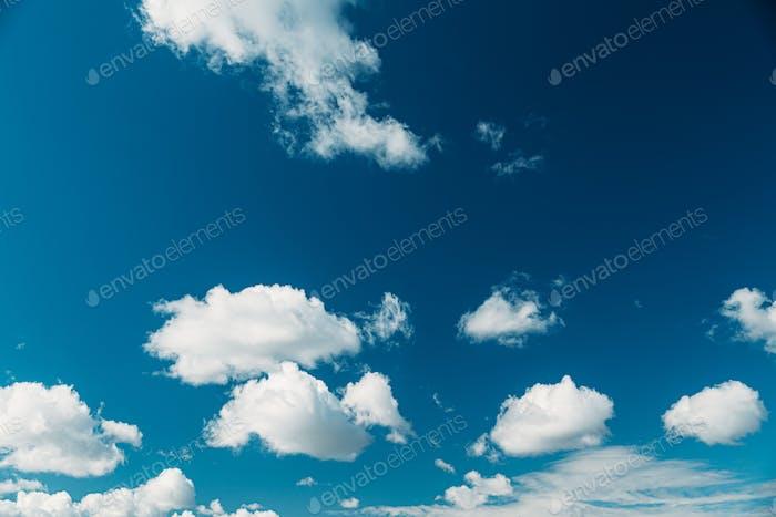 Heller wolkiger blauer Himmel mit flauschigen Wolken. Natürlicher Hintergrund. Natürlicher Himmelskulisse