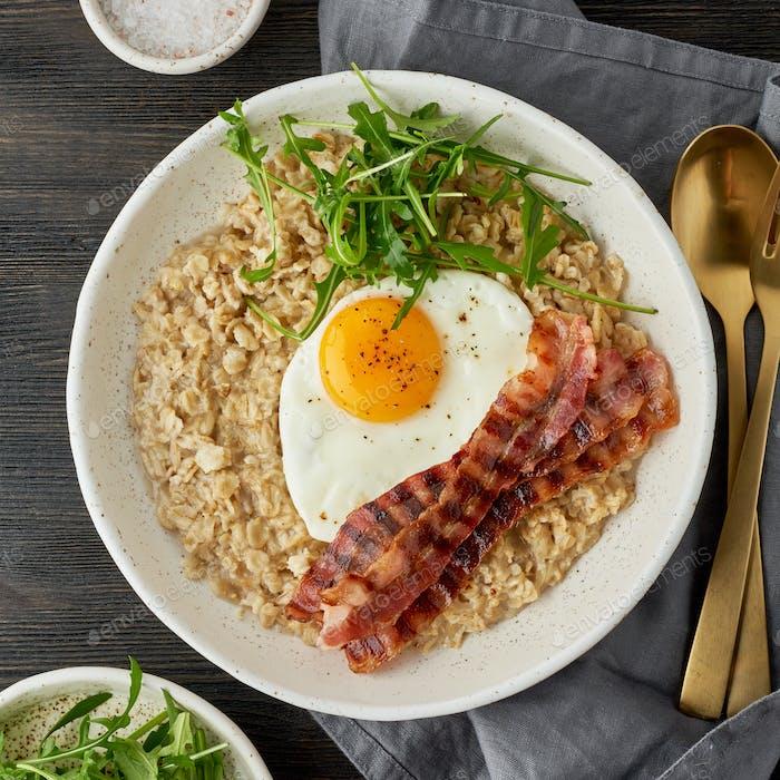 Haferflocken, Spiegelei und gebratenem Speck. Brutal Mann Sportfrühstück. Herzhaftes fettes Frühstück. Makro