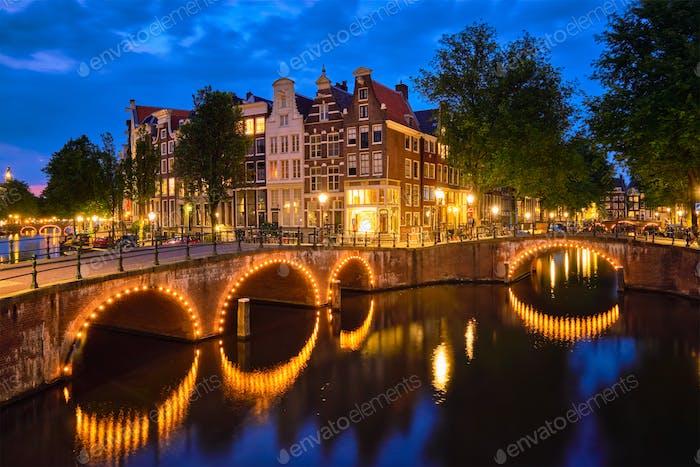Aming Kanal, Brücke und mittelalterliche Häuser am Abend