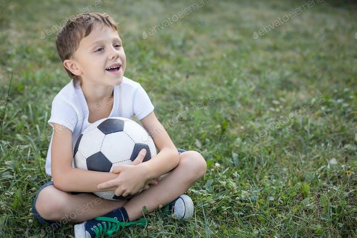 Porträt eines Jungen mit Fußball.