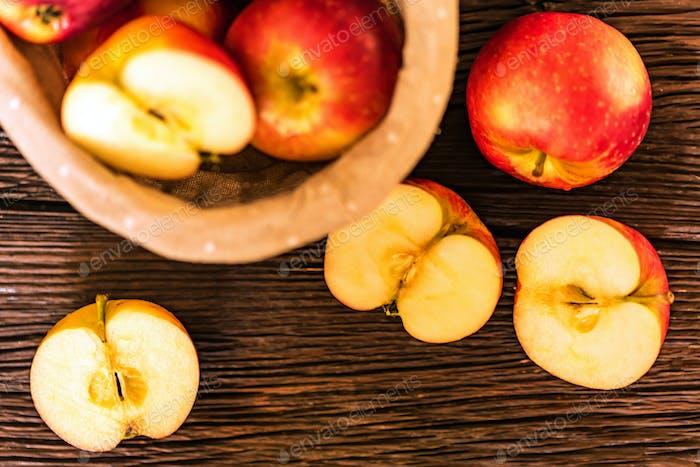 Rote saftige Äpfel und Hälften im Korb Draufsicht