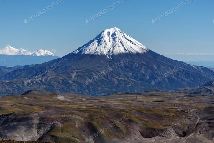 Landschaft Herbst Berglandschaft - Ansicht von schneebedeckten Kegel des Vulkans