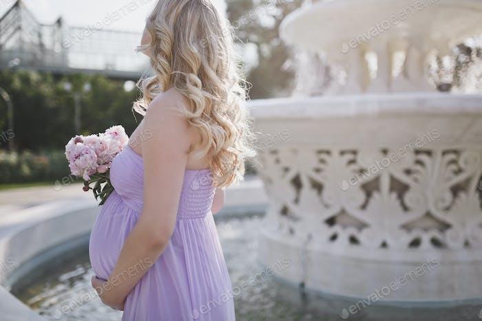 Jovencita embarazada anónima.