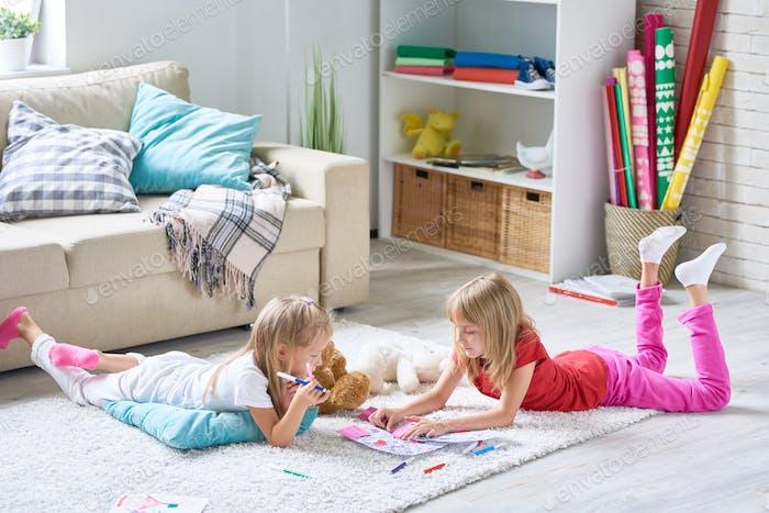 Chicas para colorear imágenes en el suelo