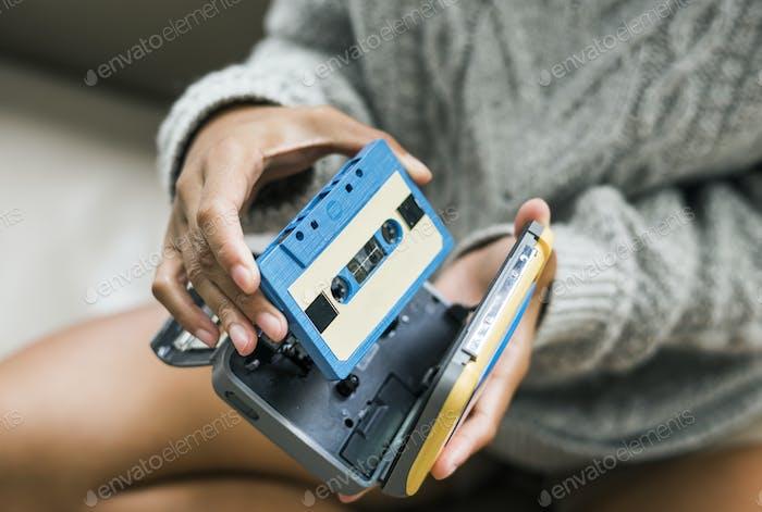 Frau setzen eine Kassette in einem Kassettenspieler