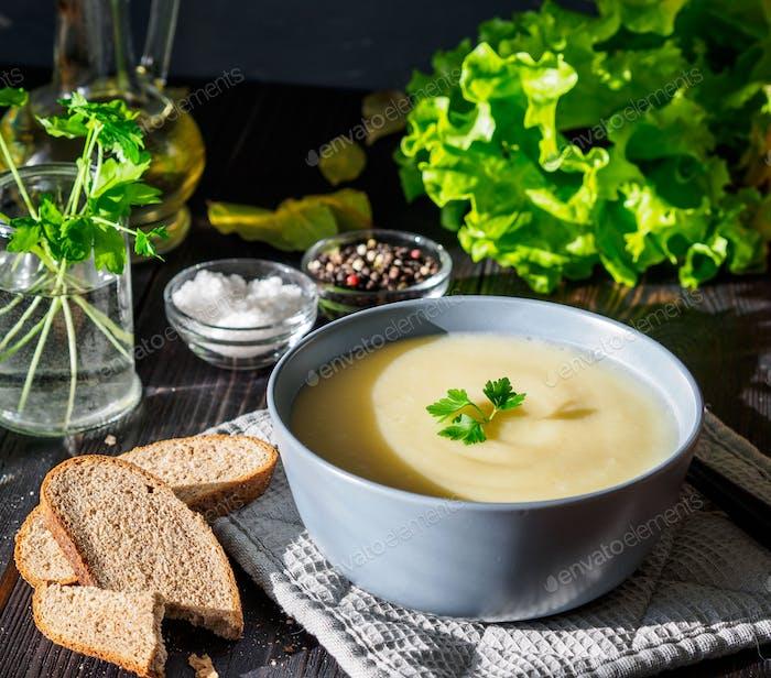 Diätetische vegetarische Sahnesuppe
