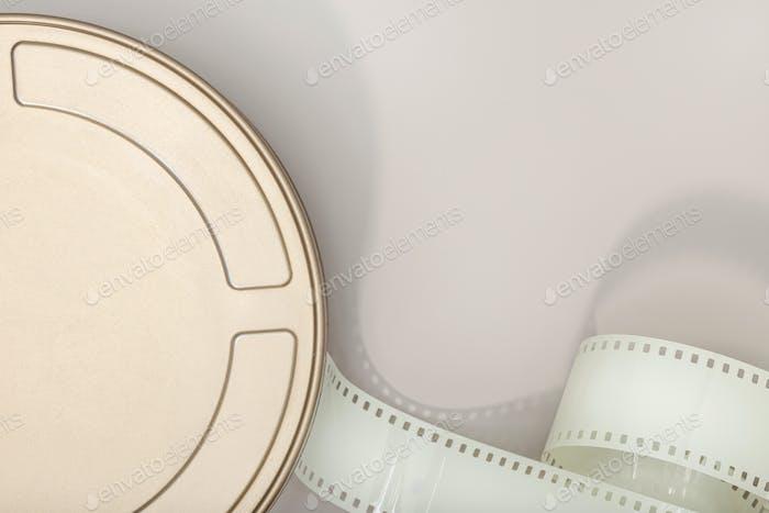 Motion Picture Film Dose und Filmstreifen auf Tisch