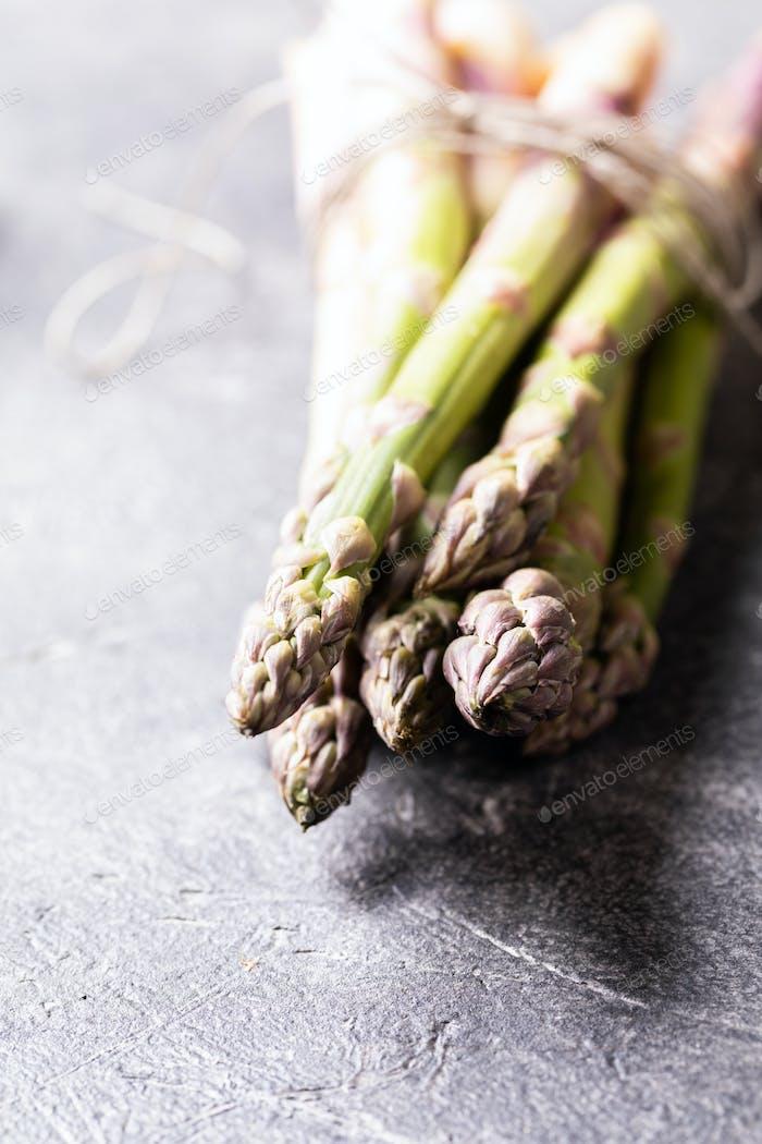 Bündel frischer grüner Spargel. Gesunde Ernährung Konzept. Essen für Vegetarier.