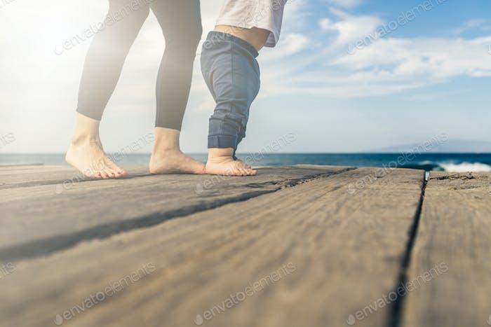 Baby Junge zu Fuß am Strand in schönen Sommertag
