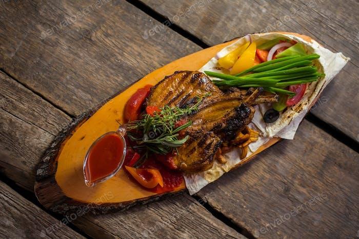 Fleisch und Schüssel mit Sauce