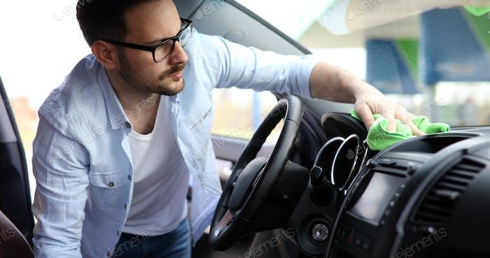 Person Reinigung Auto mit Mikrofaser-Gerinnsel und Aufrechterhaltung Glanz