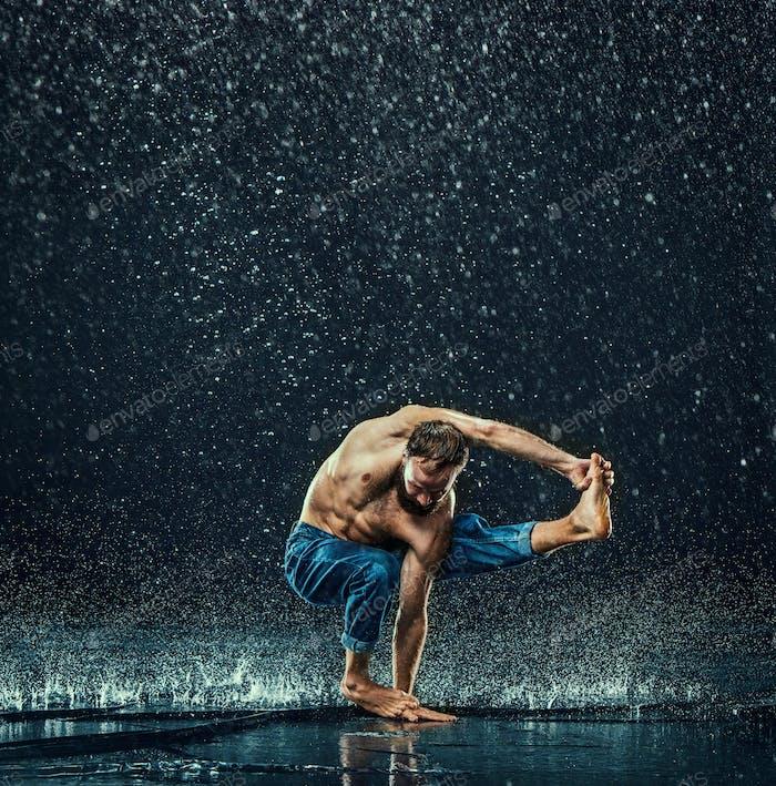 El bailarín de descanso masculino en el agua.