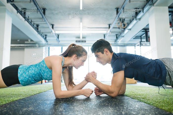 молодой подходят пару в тренажерный зал в доска положение осуществление основные мышцы