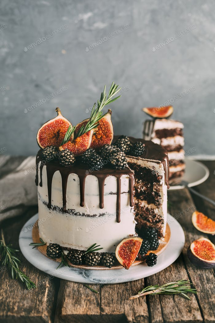 Chocolate cake with figs and blackberries