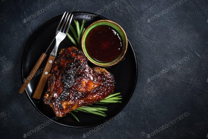 Gebackener Putenschenkel mit Cranberrysauce und Kräutern