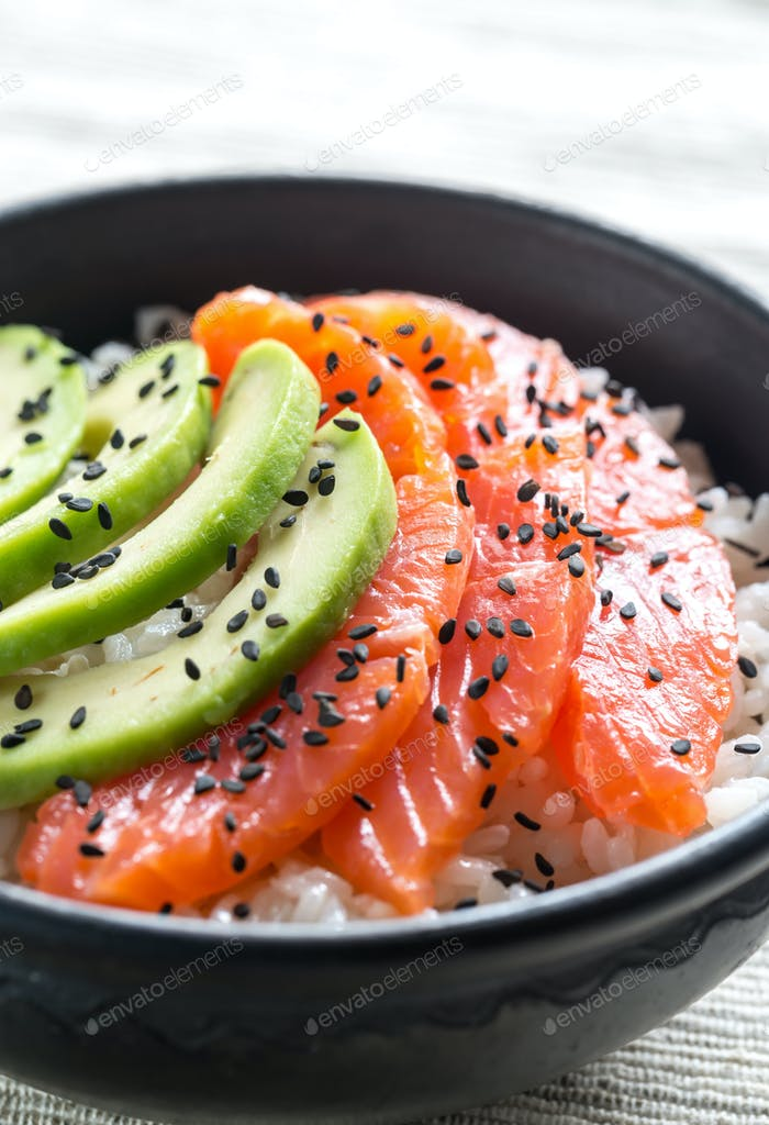 Weißer Reis mit Lachs und Avocado