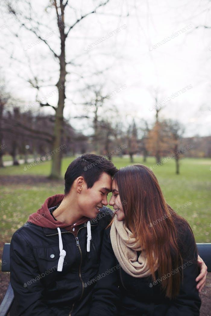 Teenager-Paar genießen einen Tag im Park