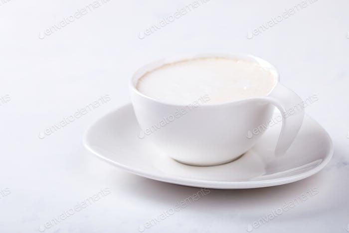 Weiße Kaffeetasse mit Milch