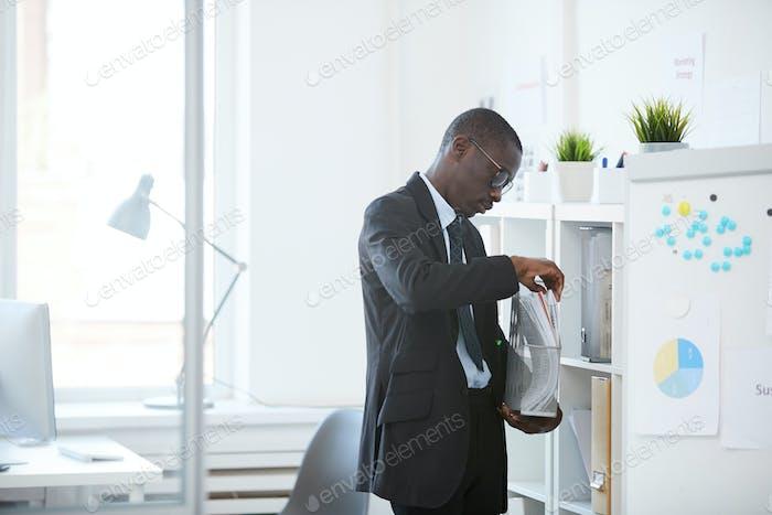 Oficinista con documentos en la oficina