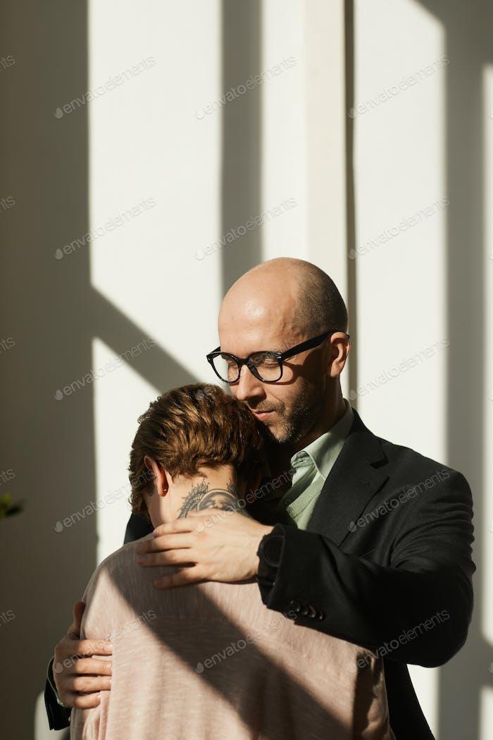 Mann tröstet die Frau