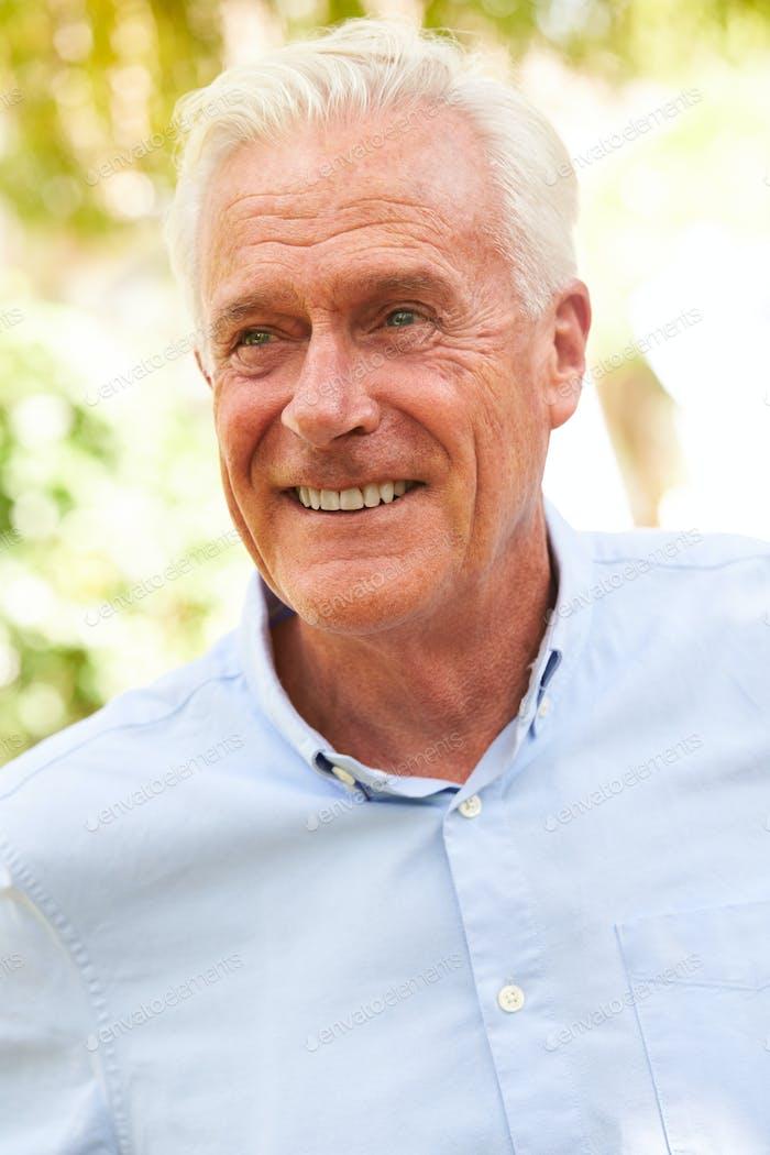 outdoor porträt von lächelnd senior mann in garten zu hause