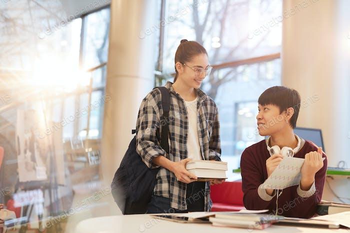 Estudiantes leyendo en la biblioteca