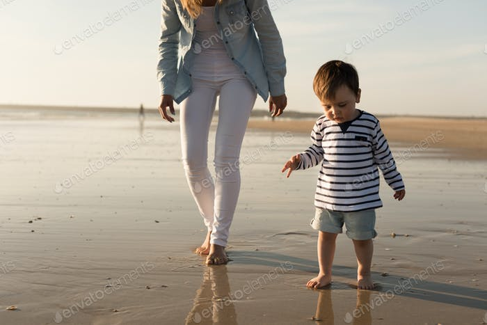 Mutter am Strand mit Kleinkind