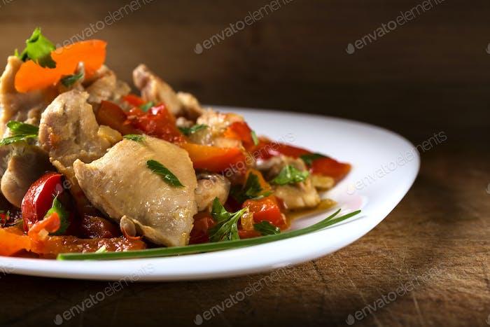 Teller mit Hühnereintopf