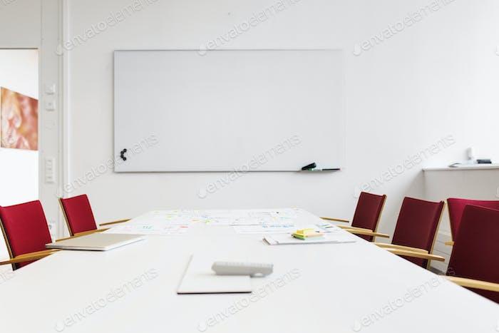 Пустой зал заседаний