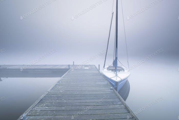 yate en par en niebla densa