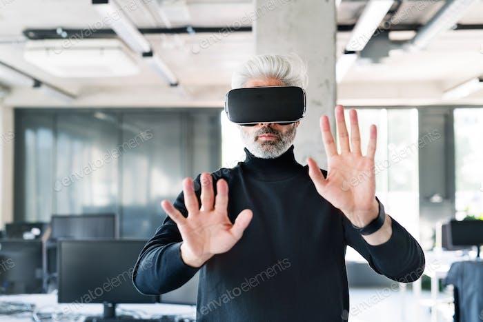 Reife Geschäftsmann mit Tablet im Büro.