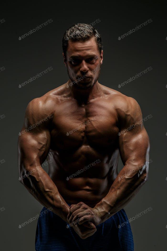 Toller muskulöser Kerl posiert im Studio.