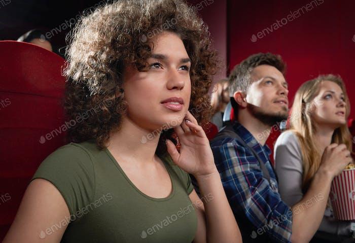 Blick von der Seite der aufgeregten Mädchen beobachten faszinierenden Film