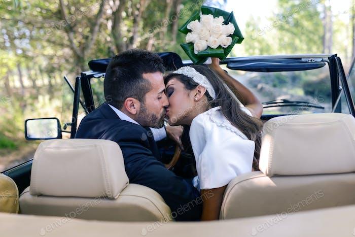 Nur verheiratetes Paar in einem alten Auto