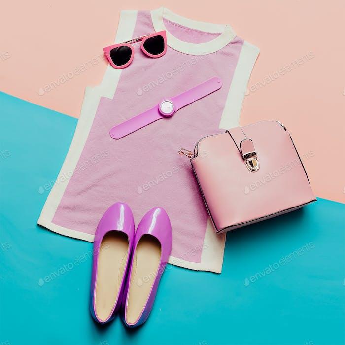 Rosafarbene Kleidung und Accessoires. Draufsicht. Top, Schuhe, Uhren und