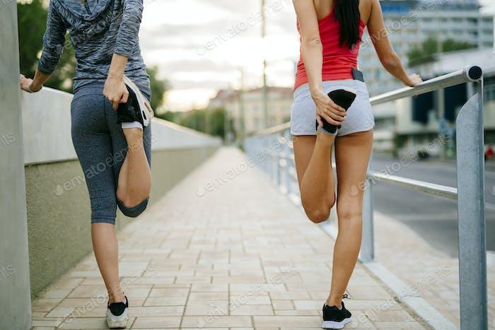 Zwei Frauen Stretching Füße