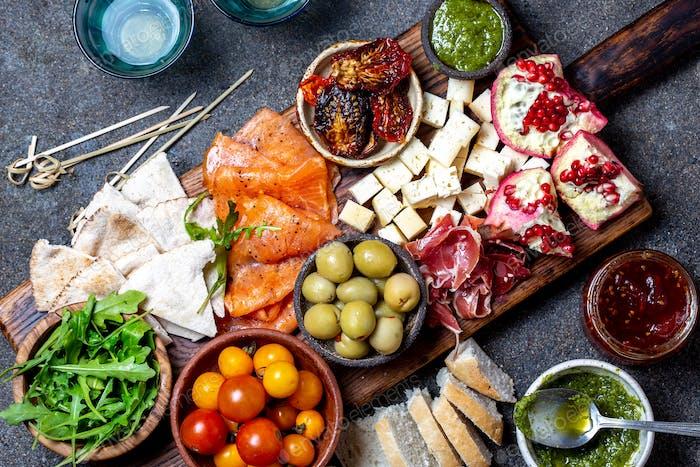 Antipasto. Weinset Vorspeise Schinken Serrano, geräucherter Lachs, getrocknete und frische Tomaten Olivenkäse,